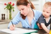 Daňové zvýhodnění na dítě může uplatnit i studující rodič s přivýdělkem