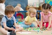 Dětské skupiny budou i nadále dokonce pro ještě mladší děti než nyní a u dětí do tří let za pobyt rodiče zaplatí maximálně 4000 Kč