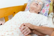 Důchod může za důchodce přebírat i zvláštní příjemce, ale je nutné o to požádat