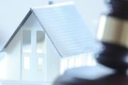 Exekutoři nesmí až do ledna 2021 sáhnout na bydlení a věci dlužníka a až do února musí ponechat na účtu i více z životního minima