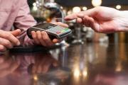 Hotovost se v obchodech nadále přijímá, ale platit bezhotovostně je ohleduplnější a žádanější