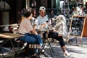 Města se snaží pomoci restauracím a dalším podnikatelům odpouští nejen nájmy z předzahrádek, ale třeba i poplatky z pobytu nebo nabízí i další úlevy