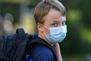 Nárok na covidové ošetřovné při otevřených školách má v podzimní vlně hodně přísné podmínky. Na dítě nemocné náleží pouze ošetřovné standardní