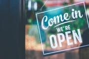 Obchody a většina služeb může od čtvrtka opět více sloužit zákazníkům, ale mnohá omezení stále trvají a budou tu zřejmě i přes Vánoce