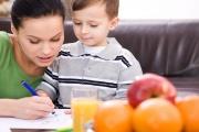 Ošetřovné při zavřené škole bude moci nově čerpat širší okruh příbuzných dítěte třeba i zletilý starší sourozenec či bratranec