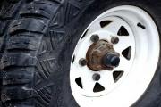 Peníze i pneumatiky se mohou nebezpečně zakutálet, pozor na internetové nákupy