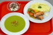 Podnikatelům v restauračních službách se nelíbí, že jim školní jídelny ubírají klientelu