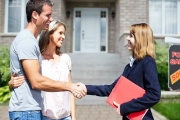 Realitní makléř nemusí být tím pravým pomocníkem k prodeji či koupi nemovitosti