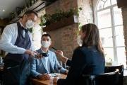 Respirátory znovu povinné na pracovištích i hromadných akcích a kratší platnost testů