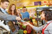 Výběr peněz na pokladnách obchodů by se mohl stát i minulostí