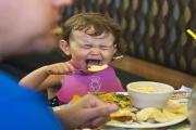 Zákaz vstupu dětem do restaurací a hotelů je diskriminací, za kterou hrozí i několik miliónů pokuty